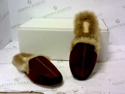 Lot 8031 BOXED PAIR OF JOULES SLIPPERS SIZE UNSPECIFIED