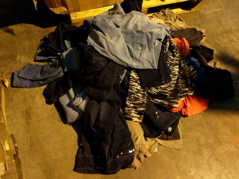 Lot 10714 BOX OF 51 ASSORTEE ITEMS OF CLOTHING