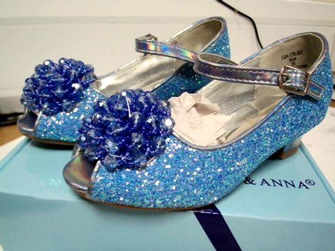 Lot 4754 PAIR OF BOXED DESIGNER ELSA & ANNA BLUE GLITTER CHILDS DRESS SHOE SIZE 28