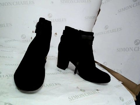 Lot 8640 CLARKS ENFIELD RIVER BLACK COMBIMATION HEELED BOOTS UK SIZE 7