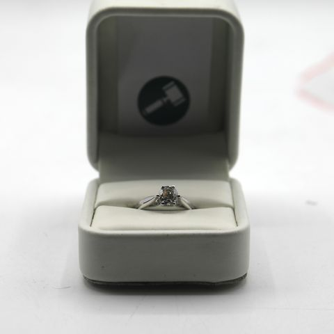 Lot 11 DESIGNER 18ct WHITE SOLITAIRE RING SET WITH A DIAMOND WEIGHING +- 1.00ct