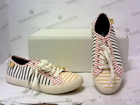 Lot 8028 BOXED PAIR OF JOULES STRIPE TRAINERS SIZE 5