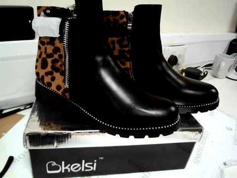 Lot 13104 BOXED PAIR OF DESIGNER KELSI BLACK/ANIMAL PRINT ZIPPED ANKLE BOOTS SIZE Uk 7