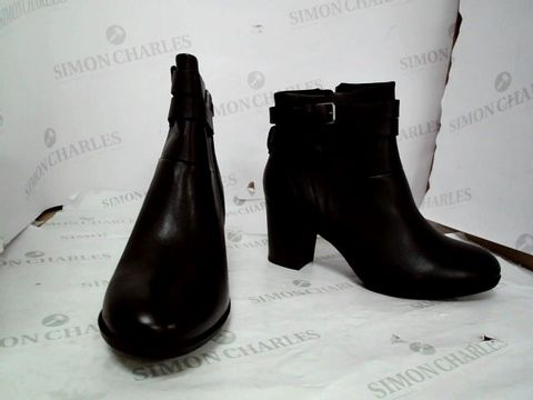 Lot 8646 CLARKS ENFIELD RIVER BLACK FAUX LEATHER HEELED BOOTS UK SIZE 6.5