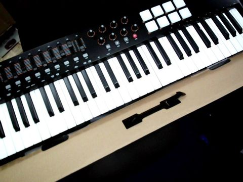 Lot 771 M-AUDIO OXYGEN 61 IV - 61-KEY USB/MIDI KEYBOARD CONTROLLER FEATURING VELOCITY-SENSITIVE KEYS, 8 PADS, 9 FADERS AND 8 KNOBS, PLUS PROTOOLS
