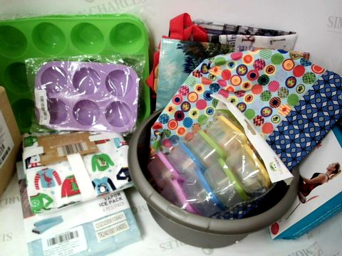 Lot 536 ASSORTED KITCHEN IYEMS INC CAKE CASES, LINENS, CONTAINERS