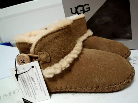 Lot 4751 BOXED PAIR OF DESIGNER UGG CHILDS LEMMY II BOOTS SIZE USA 04/05