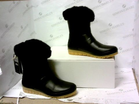 Lot 8034 BOXED PAIR OF JOULES BOOTS SIZE 6