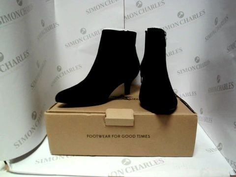 Lot 13084 BOXED PAIR OF DESIGNER JOE BROWNS BOOTS - UK SIZE 5
