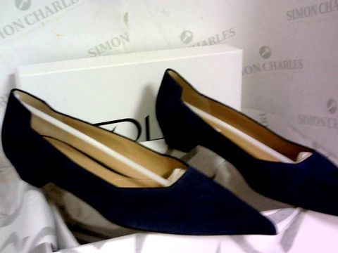 Lot 1017 FOLD SUEDE COURT SHOE NAVY SIZE 39