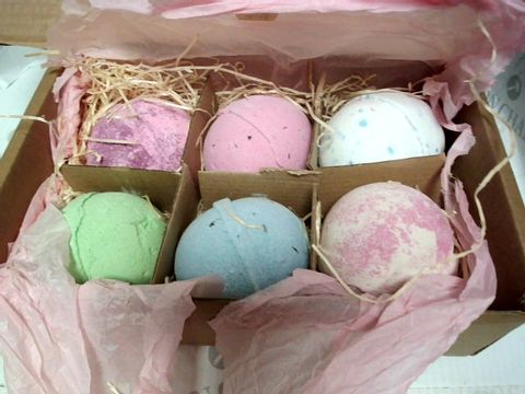 Lot 8067 THREE BEARS EMPORIUM BATH BOMB GIFT BOX