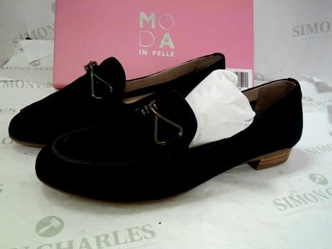 Lot 8351 BOXED PAIR OF DESIGNER MODA IN PELLE FERNA NAVY SUEDE TRIM ALMOND TOE FLAT SHOES SIZE 40