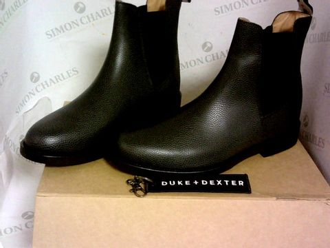 Lot 1031 DUKE + DEXTER WOOLD PEBBLE BLACK CHELSEA BOOT SIZE 8