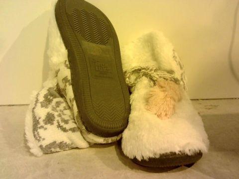 Lot 16234 MUK LUKS BRETTA FURY SLIPPER BOOTS- UK SIZE 6