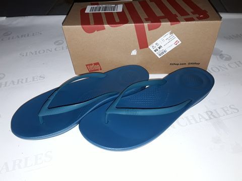 Lot 8018 BOXED PAIR OF FLIPFLOP IQUSHION ERGONOMIC SLIDERS IN SEA BLUE - UK 6
