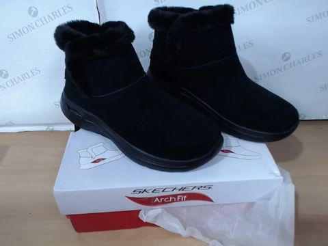 Lot 3065 BOXED PAIR OF SKECHERS ARCHFIT - SIZE 6