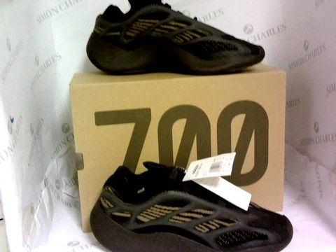 Lot 1029 YEEZY 700 BLACK/GOLD SIZE 9½