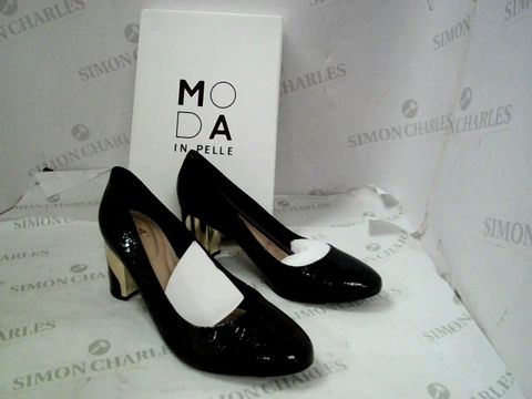 Lot 8329 BOXED PAIR OF DESIGNER MODA IN PELLE GREEN CHROC SMOOSH HEELED ALMOND TOE SHOES SIZE 40