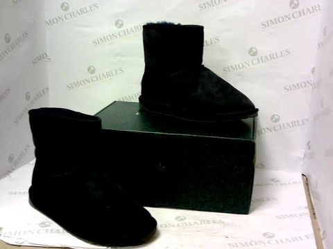 Lot 8011 BOXED PAIR OF EMU AUSTRALIA NAVY BOOTS SIZE M6