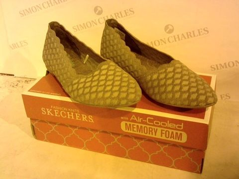 Lot 2266 BOXED PAIR OF SKECHERS SIZE 6 FOOTWEAR