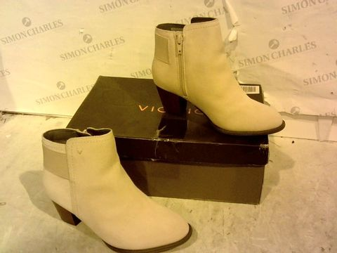 Lot 15917 BOXED PAIR OF VIONIC PINK ZIP UP BOOT SIZE 3