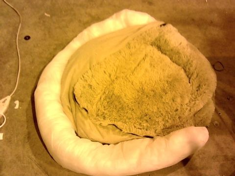 Lot 11219 COZEE PAWS ODOUROLOGY FLUFFY ROUND PET BED - LARGE, TAUPE