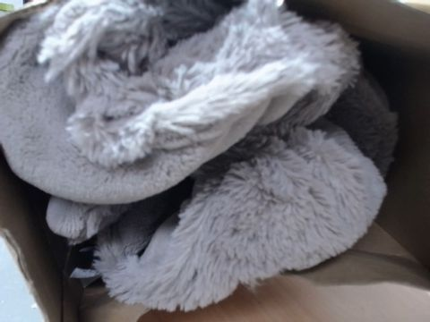 Lot 4429 COZEE HOME VELVETSOFT FILLED THROW