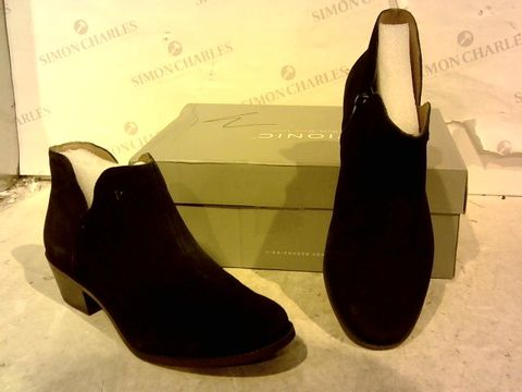 Lot 15935 BOXED PAIR OF VIONIC NAVY FAUX SUEDE ZIP UP BOOTS SIZE 7