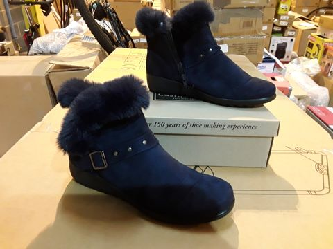 Lot 10123 BOXED PAIR OF CUSHION-WALK SHOES - SIZE 8