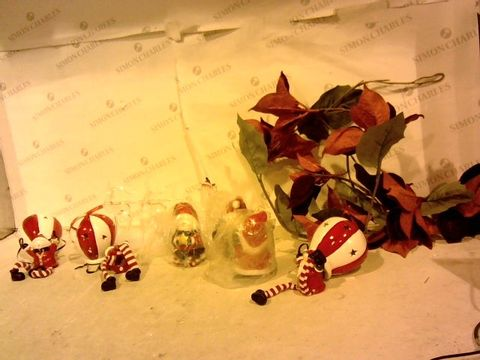 Lot 2422 LOT OF 8 ASSSORTED CHRISTMAS DECORATIONS