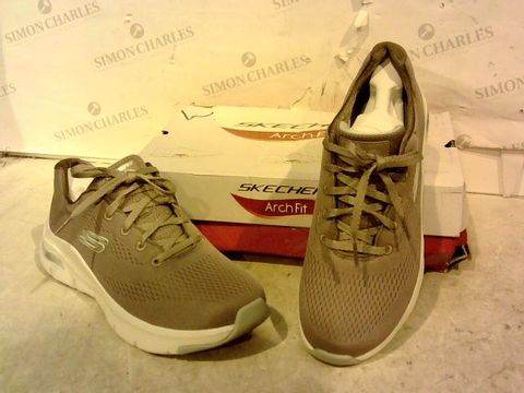 Lot 15945 BOXED PAIR OF SKETCHERS TRAINERS SIZE 6