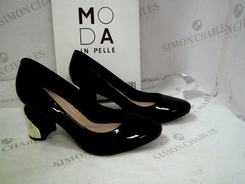 Lot 8332 BOXED PAIR OF DESIGNER MODA IN PELLE BLACK PATENT LEATHER SMOOSH HEELED ALMOND TOE SHOES SIZE 40