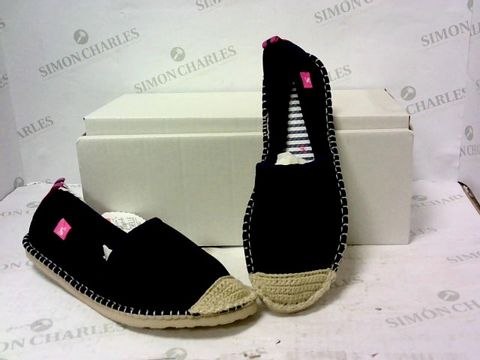 Lot 8025 BOXED PAIR OF JOULES SLIP ON SHOES SIZE 6