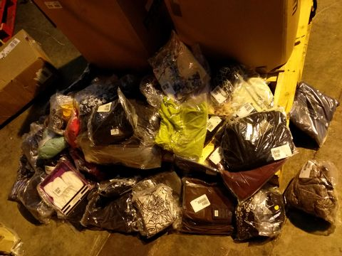 Lot 10712 BOX OF 64 ASSORTED ITEMS OF CLOTHING