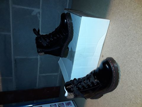 Lot 10097 BOXED PAIR OF RIEKER SHOES - SIZE 39