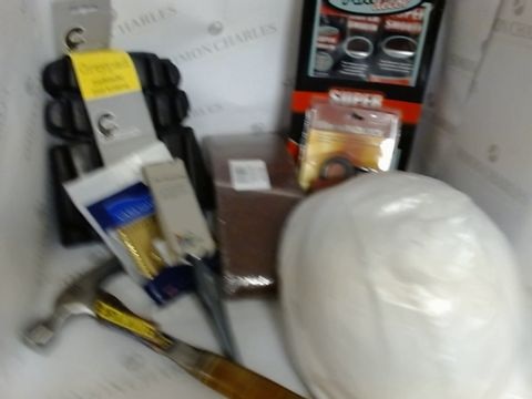 Lot 17186 LOT - APPROXIMATELY 30 ITEMS OF HARDWARE / WORK REPLATED ITEMS INCLUDING HAMMERS, PROTECTION PADS, SAFETY HAT ETC