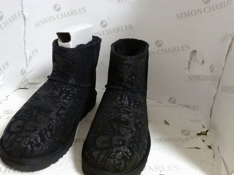 Lot 4737 BOXED PAIR OF BLACK UGG BOOTS - SIZE 6