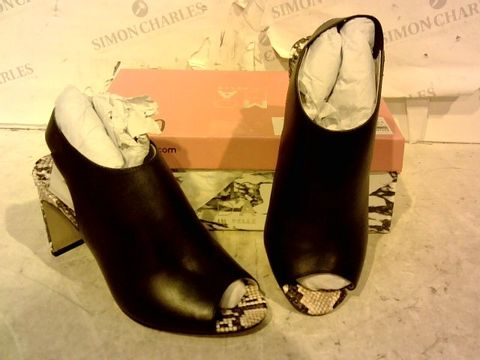 Lot 15941 BOXED PAIR OF MODA IN PELLE BLACK FAUX LEATHER/ SNAKE SKIN DETAIL HIGH HEEL SHOES SIZE 37
