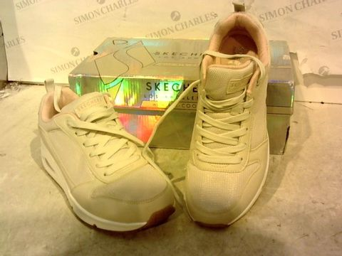 Lot 15947 BOXED PAIR OF SKETCHERS LOS ANGELES GRE/PINK TRAINERS SIZE 6.5