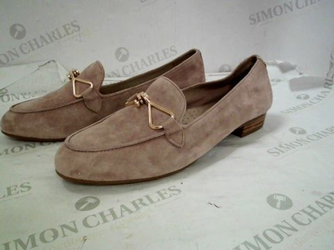 Lot 8345 BOXED PAIR OF DESIGNER MODA IN PELLE FERNA NUDE SUEDE TRIM ALMOND TOE FLAT SHOES SIZE 6