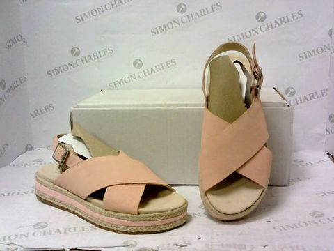Lot 8022 BOXED PAIR OF CLARKS SANDALS SIZE 5D