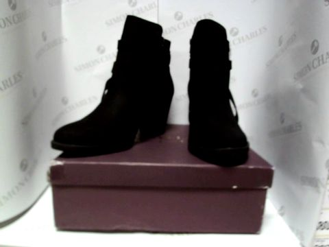 Lot 13079 BOXED PAIR OF DESIGNER CARVELLA BOOTS - UK SIZE 7