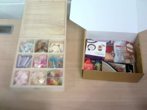 Lot 31 BOX OF ASSORTED CONFECTIONARY ITEMS - HAMPER & SWEET TRAY