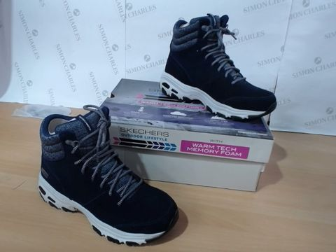 Lot 3218 BOXED PAIR OF SKETCHERS - SIZE 4