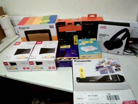 Lot 214 LOT OF ASSORTED ELECTRICAL ITEMS TO INCLUDE: BLU-RAY PLAYER, HEADPHONES, DAB RADIO