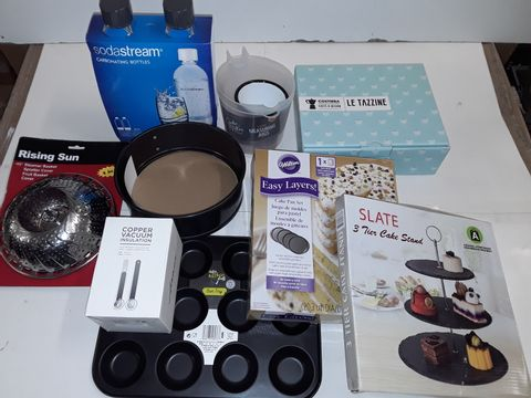 Lot 3131 LOT OF APPROXIMATELY 10 ASSORTED COOKWARE ITEMS TO INCLUDE SODASTREAM BOTTLES, 3-TIER CAKE STAND AND CAKE PAN SET