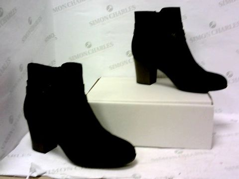 Lot 8037 BOXED PAIR OF CLARKS BLACK HIGH HEEL BOOTS SIZE 8D