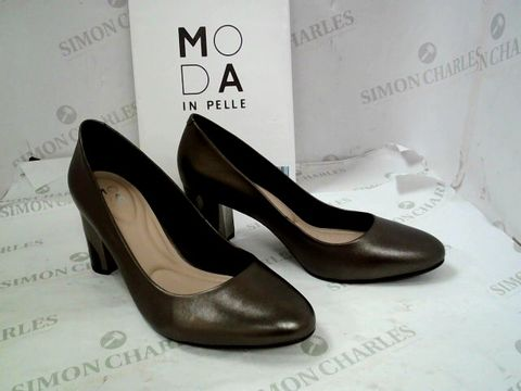 Lot 8333 BOXED PAIR OF DESIGNER MODA IN PELLE PEWTER METALLIC LEATHER SMOOSH HEELED ALMOND TOE SHOES SIZE 40