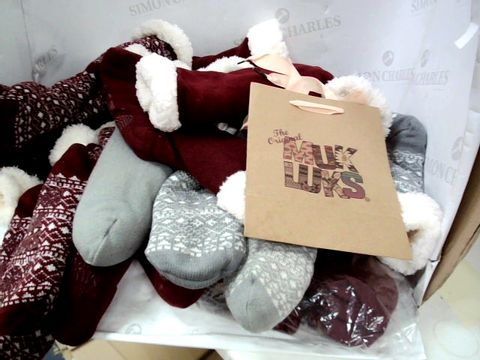 Lot 8310 BOX OF APPROXIMATLY 12 PAIRS OF MUK LUKS & OTHER CABIN SOCKS ASSORTED COLOURS