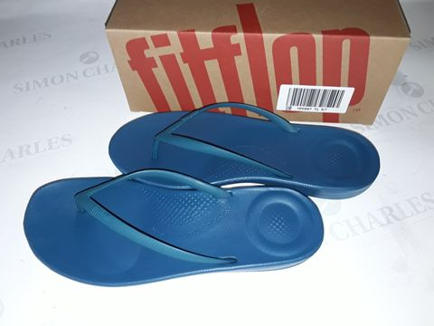 Lot 8021 BOXED PAIR OF FLIPFLOP IQUSHION ERGONOMIC SLIDERS IN SEA BLUE - UK 7